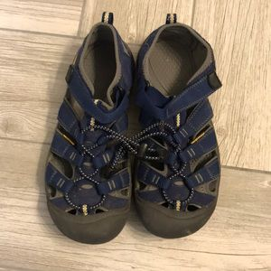 Other - Boys Keen size 6